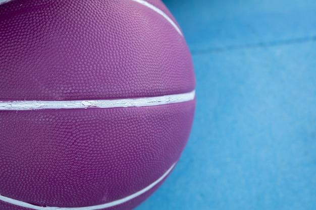 白い線で紫のバスケットボール