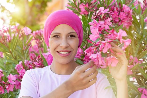 頭の上のピンクのスカーフを持つ女性