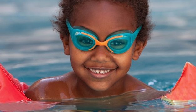 Маленький африканский ребенок в бассейне
