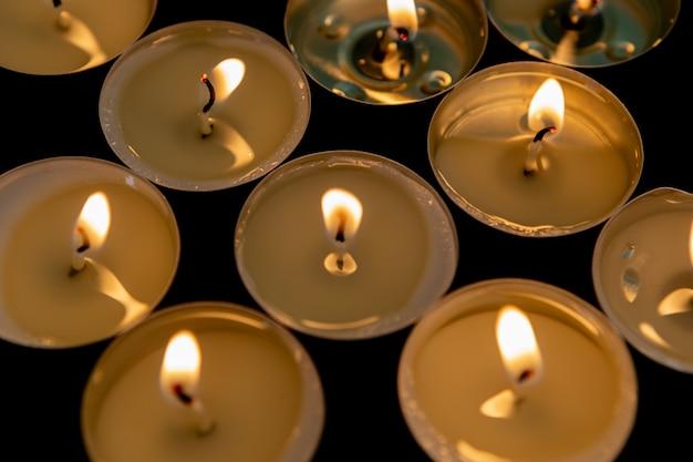 Много маленьких горящих свечей