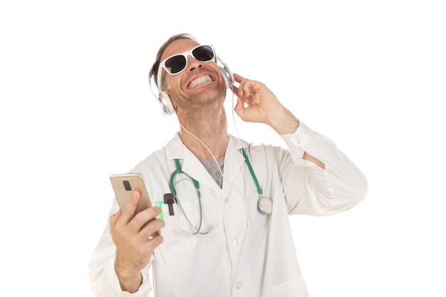 ヘッドフォンで音楽を聴くのサングラスをかけたハンサムな医者