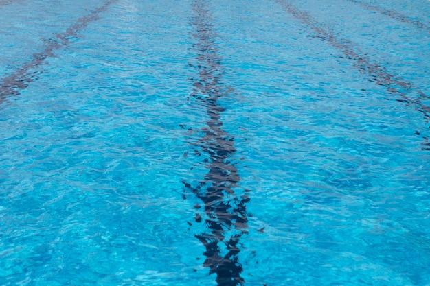青いプールのきれいな水