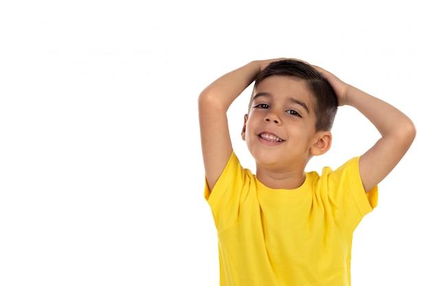 Удивленный ребенок с желтой футболкой