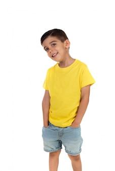 Счастливый темный ребенок с желтой футболкой