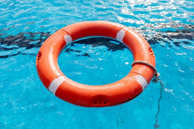 プールに浮かぶカラフル