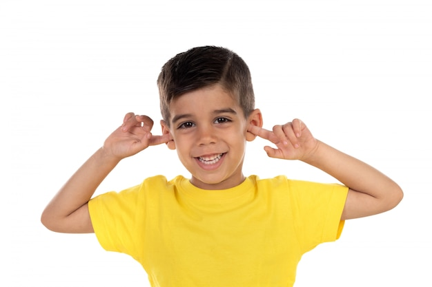 彼の耳を覆う小さな子供