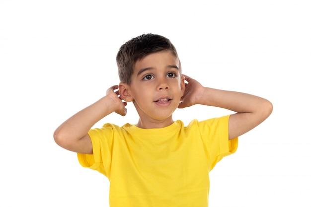 Маленький ребенок закрыл уши