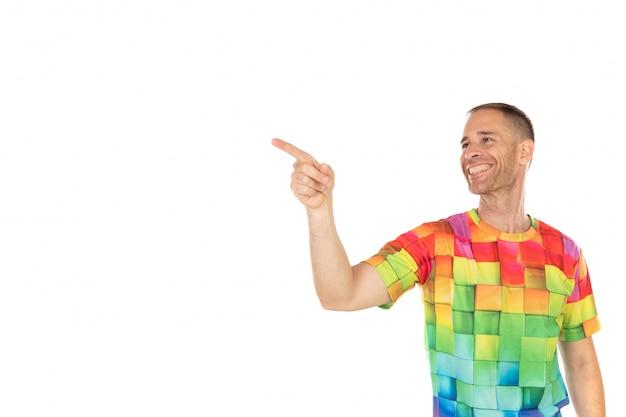 Красивый парень с цветной футболкой, указывая что-то своими руками