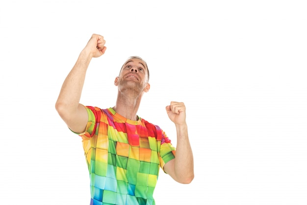 勝者の男が何かを祝う