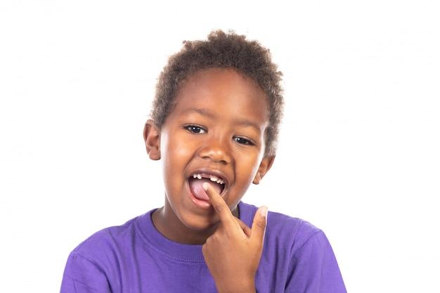 彼の新しい歯を見せてアフリカの子供
