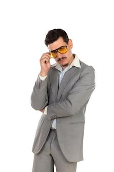 ビンテージメガネとグレーのスーツの特別なビジネスマン
