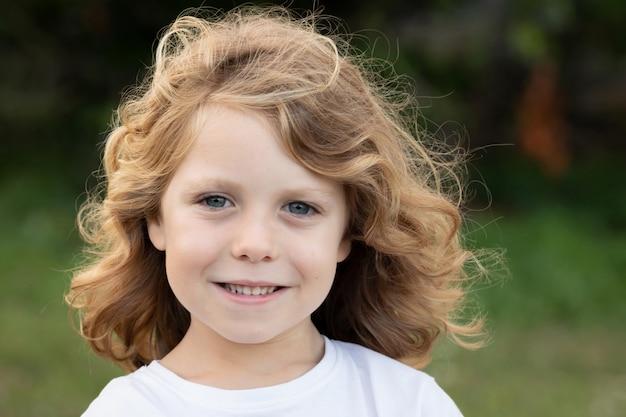 長い髪の面白い金髪の子供