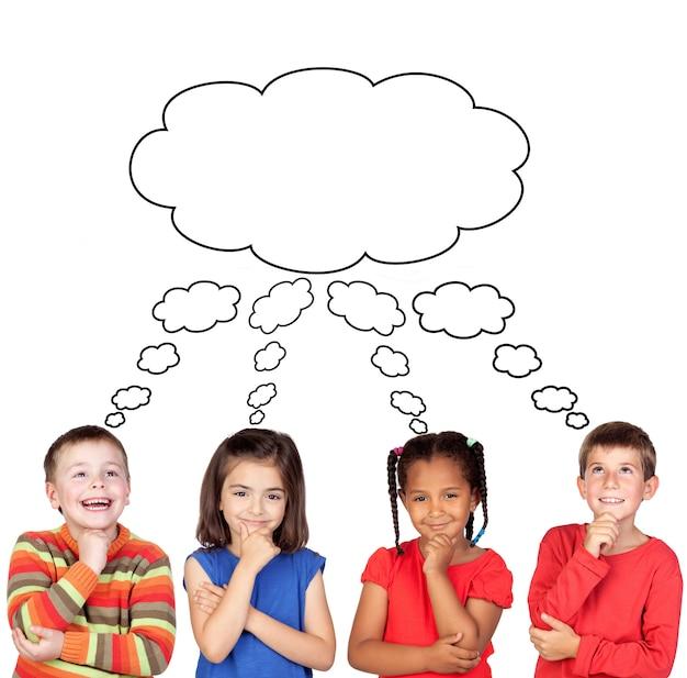 Задумчивые дети думают о чем-то