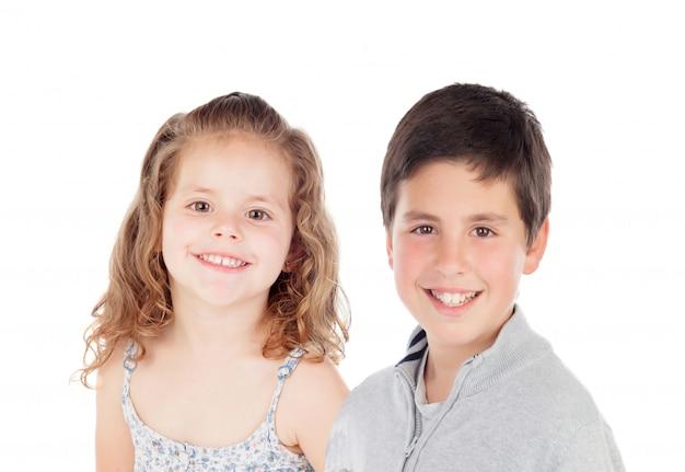 Две веселые дети смотрят