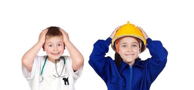 Двое удивленных детей с рабочей одеждой