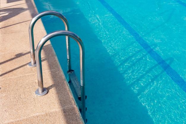 Лестница в красивом бассейне