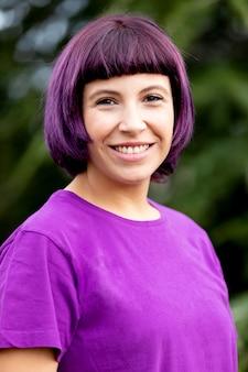 紫の髪の幸せな女の子