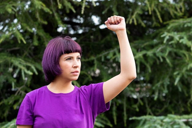 彼女の拳を持つ女性は高く保持