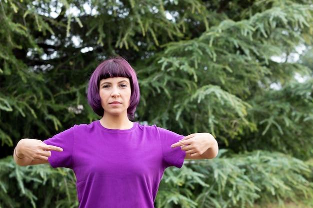 Женщина с фиолетовыми волосами и футболкой