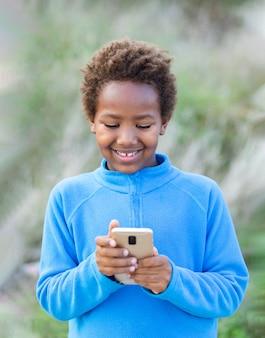 携帯電話で愛らしいアフリカの子供