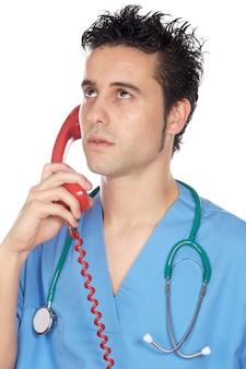 白い背景上で電話で話す魅力的な医者