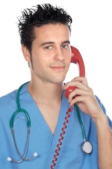 白い背景上で電話で話す魅力的な薬の学生
