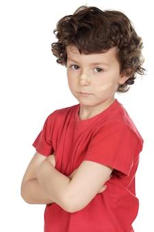 Жестокое обращение с ребенком на белом фоне
