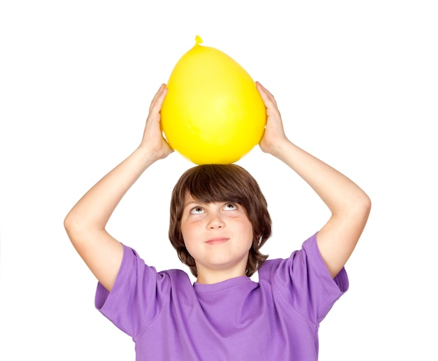 白い背景にある黄色の風船と面白い子供
