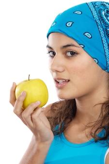 Привлекательная девушка с яблоком на белом фоне