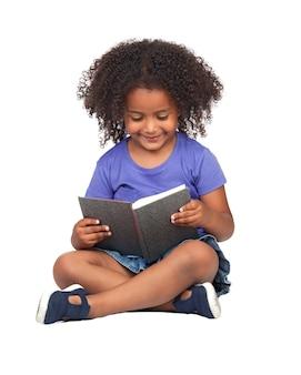 Студентка маленькая девочка, чтение с книгой, изолированных на белый