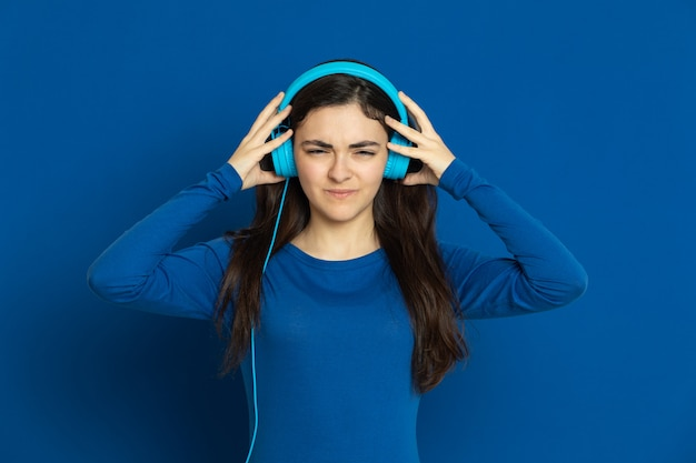 青いジャージを着ているブルネットの少女