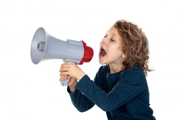 Забавный маленький мальчик кричит через мегафон