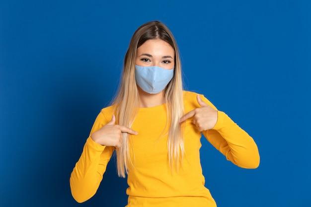 フェイスマスクを着ている金髪の女性