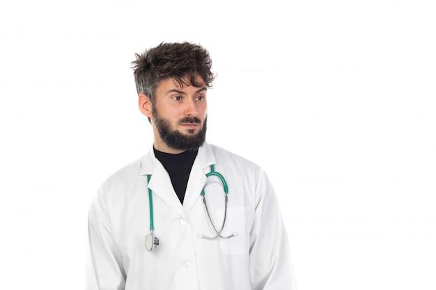 白い制服を着ているひげの若い医者