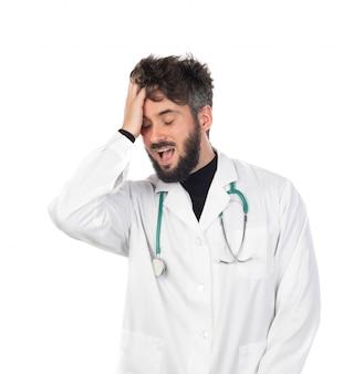 Молодой доктор с бородой в белой форме