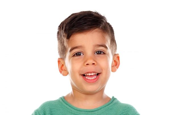 Маленький мальчик цыганской расы смотрит в камеру, изолированную на белом пространстве