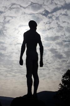 人間の石像のシルエット