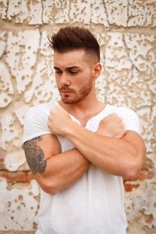 筋肉の強い腕を持つ男