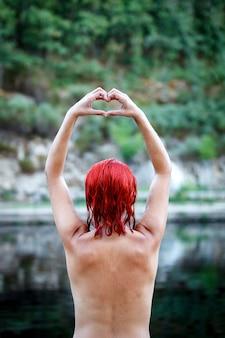 自然の中で魅力的な赤毛の女の子。