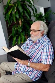 自宅で本を読んで退職した男