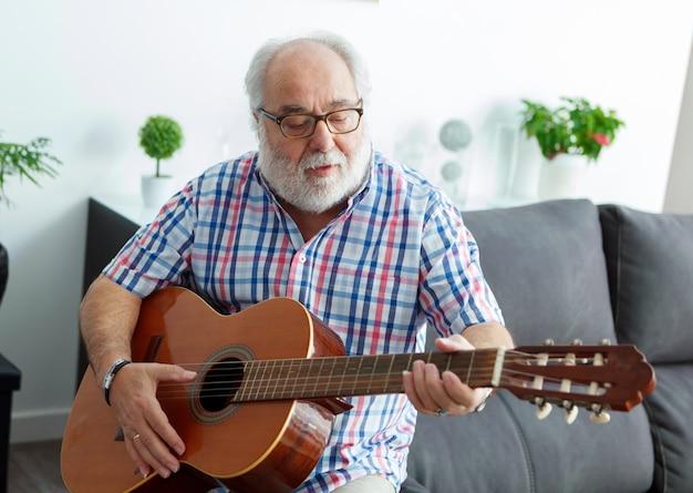 ギターを演奏する退職者