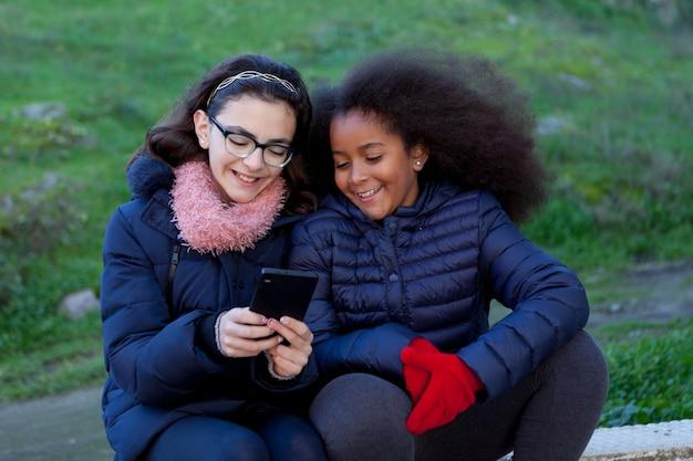 モバイルを見ている少女たち