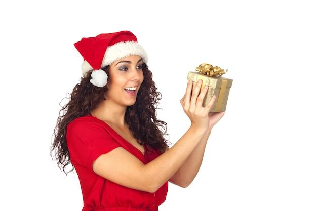 白い背景に贈られたクリスマスの驚いた美しい女性