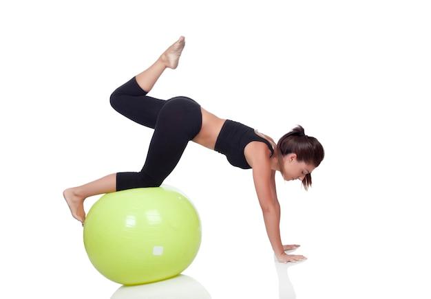 体操ボールを持つ若い美しい女性