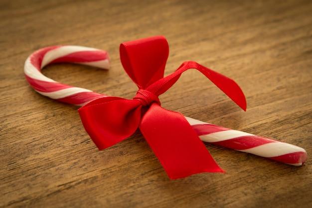 美しい弓を持つ赤いキャンディー・キャン