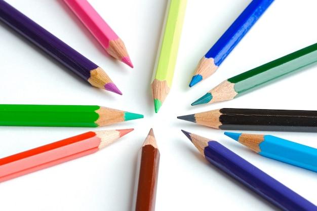 白い背景の上にカラーの鉛筆