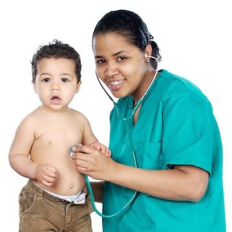 Леди врач с ребенком на белом фоне