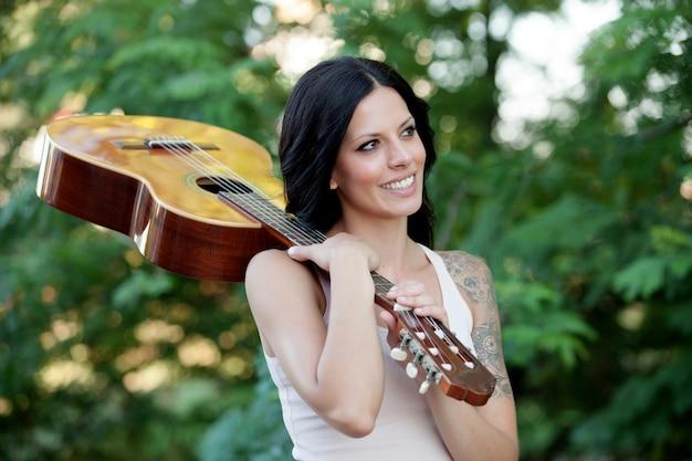 ギターとブルネットの美しい女性