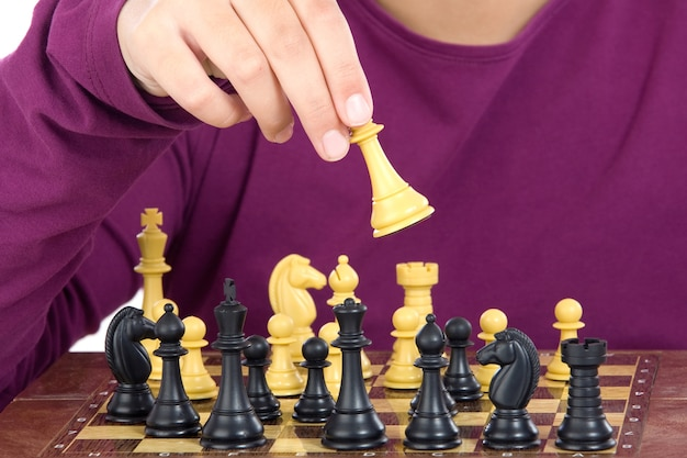 白い背景にチェスを演奏