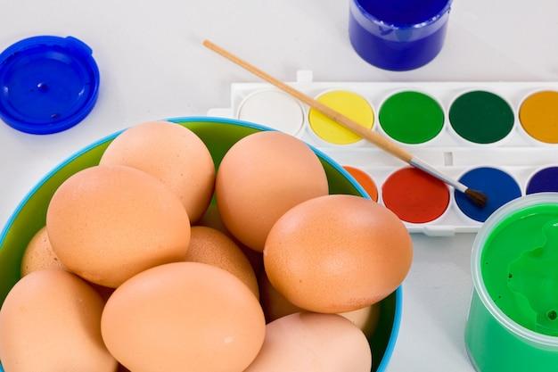 Акварели и кисти для рисования пасхальных яиц